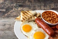 Den traditionella fulla engelska frukosten med stekte ägg, korvar, bönor, champinjoner, grillade tomater och bacon Royaltyfria Foton