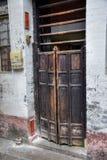 Den traditionella gammalmodiga träpoldörren Royaltyfria Foton