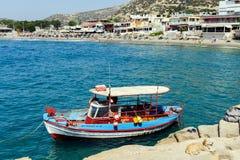 Den traditionella grekiska fiskebåten blir parkerad nära stranden av den Matala staden på Kretaön, Grekland Arkivfoton