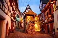 Den traditionella halvan timrade hus i Eguisheim vid Colmar, Alsace, Fotografering för Bildbyråer
