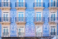 Den traditionella historiska fasaden i Porto dekorerade med blåa tegelplattor, Portugal royaltyfri foto