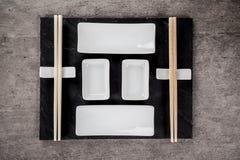 Den traditionella japanska sushi bowlar stycken på lantlig konkret bakgrund Arkivfoto