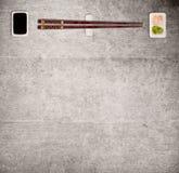 Den traditionella japanska sushi klibbar på lantlig konkret bakgrund Royaltyfri Fotografi