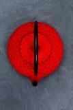 Den traditionella japanska tekannan kritiserar på Arkivfoto