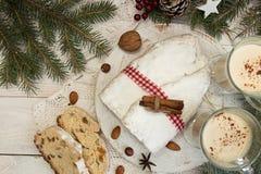 Den traditionella juldresden kakan stollen med kanderade frukter a arkivbild