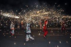 Den traditionella kapaciteten kallade correfocs (brandkörningar) Reus Spanien arkivfoto