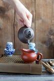 Den traditionella kinesiska teaceremonitillbehören på teaen bordlägger Arkivbild