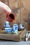 Den traditionella kinesiska teaceremonitillbehören på teaen bordlägger Arkivbilder
