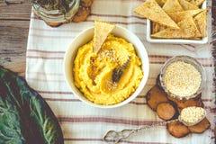 Den traditionella mellersta östliga aptitretaren Hummus tjänade som med örter som kryddades med i den keramiska plattan för tappn arkivfoto