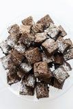Den traditionella nisset för chokladfuskverk bakar ihop i portionmagasin Arkivbild