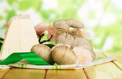 Den traditionella påskostefterrätten, kaninen, ägg flätade ihop med twi Arkivbild