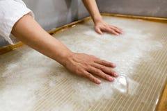 Den traditionella papperstillverkningen Arkivbild