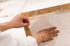 Den traditionella papperstillverkningen Arkivfoto
