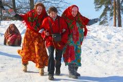 Den traditionella ryska nationella ferien ägnade till avslutningen av vintern: Maslenitsa festivities Mars 17,2013 Gatchina, Royaltyfria Foton