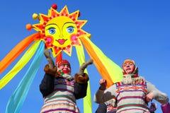 Den traditionella ryska nationella ferien ägnade till avslutningen av vintern: Maslenitsa festivities Mars 17,2013 Gatchina, Arkivfoto