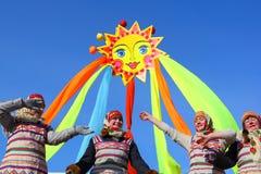 Den traditionella ryska nationella ferien ägnade till avslutningen av vintern: Maslenitsa festivities Mars 17,2013 Gatchina Arkivbild