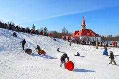 Den traditionella ryska nationella ferien ägnade till avslutningen av vintern: Maslenitsa festivities Mars 17,2013 Gatchina Royaltyfria Bilder