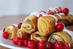 Den traditionella sötsaken rullade pannkakor med vallmofrön på plattacloseupen Royaltyfri Foto