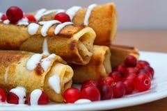 Den traditionella sötsaken rullade pannkakor med vallmofrön på plattan Fotografering för Bildbyråer