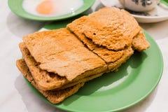 Den traditionella Singapore frukosten kallade Kaya Toast, frasigt bröd Arkivbild