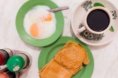 Den traditionella Singapore frukosten kallade Kaya Toast, kaffekokosnöt Arkivfoton