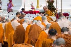 Den traditionella Songkran festivalen på häller vatten på Buddhaimag Royaltyfri Fotografi