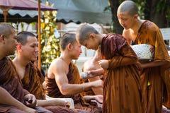 Den traditionella Songkran festivalen på häller vatten på Buddhaimag Royaltyfri Foto