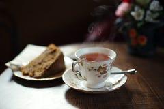 Den traditionella tea och tårtan på träcafen bordlägger Royaltyfri Bild