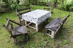 Den traditionella turkiska handgjorda tabellen och stolar i gör grön trädgården Royaltyfri Foto