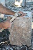 Den traditionella vägen av att bearbeta stenen Royaltyfria Foton