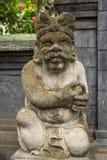 Den traditionella vaktstatyn sned i sten på Bali Royaltyfria Foton
