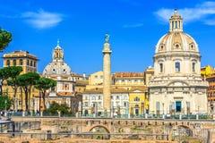 Den Traian kolonnen och Santa Maria di Loreto kyrktar, Italien, Rome Arkivfoto