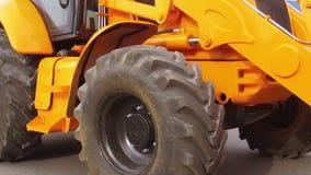 Den Traktor zurückschieben stock footage