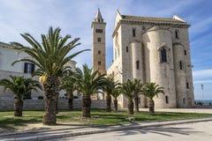 Den Trani domkyrkan med gömma i handflatan Royaltyfri Bild