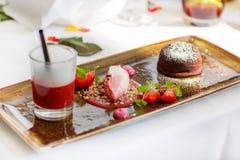 Den trefaldiga efterrätten med choklad och jordgubben på bröllop bordlägger se Royaltyfri Foto