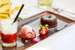 Den trefaldiga efterrätten med choklad och jordgubben på bröllop bordlägger se Arkivfoto