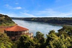 Den trefaldiga gränsen från brasiliansk sida Arkivfoton