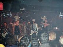 Den trefaldiga kobran sjunger och sitter fast med bubblor i luften på liten sta Royaltyfri Bild