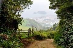 Den Trekking banan av Monte Escuro som är sluttande går in mot villan Franca i Azores Arkivbild