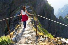 Den trekking banan för det slingriga berget på Pico gör Areeiro, madeiran, Portugal Arkivfoto