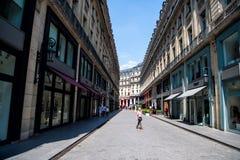 Den trendiga gatan med kläder shoppar på blå himmel Arkivbild