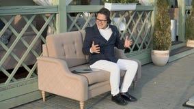 Den trendiga grabben lyssnar till musik från vinylrekord, medan sitta i ett kaffe stock video