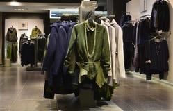 Den trendiga klänningen på hängare i kläder shoppar Arkivfoton