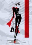 Den trendiga kvinnan går ner gatan Arkivbild