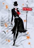 Den trendiga kvinnan går ner gatan, höst Arkivbilder