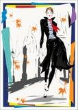 Den trendiga kvinnan går ner gatan, nedgången, höst Royaltyfria Bilder