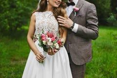 Den trendiga och härliga sexig och elegant blonda modellflickan för par, med den stilfulla frisyren, i vit snör åt klänningen med royaltyfri bild