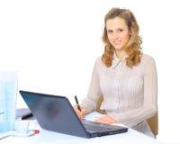 Den trevliga affärskvinnan kontrollerar rapporterna Royaltyfri Foto