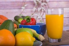 Den trevliga bilden av en frukt och en grönsak baserade fruktsaft Royaltyfri Bild