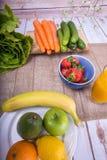 Den trevliga bilden av en frukt och en grönsak baserade fruktsaft Royaltyfria Bilder